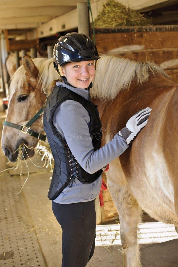 Fille avec le cheval images stock