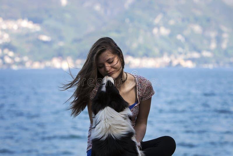 Fille avec le chien photos stock