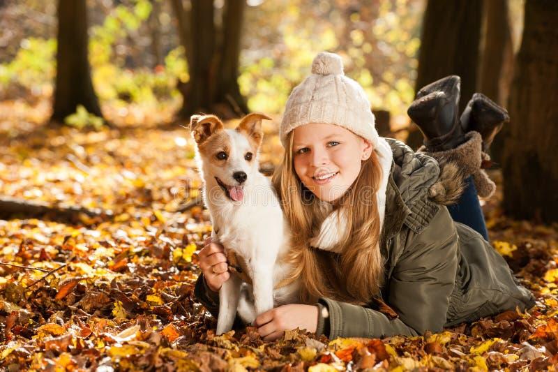 Fille avec le chien images libres de droits