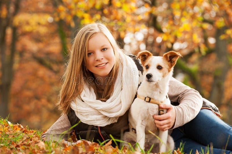 Fille avec le chien photographie stock libre de droits