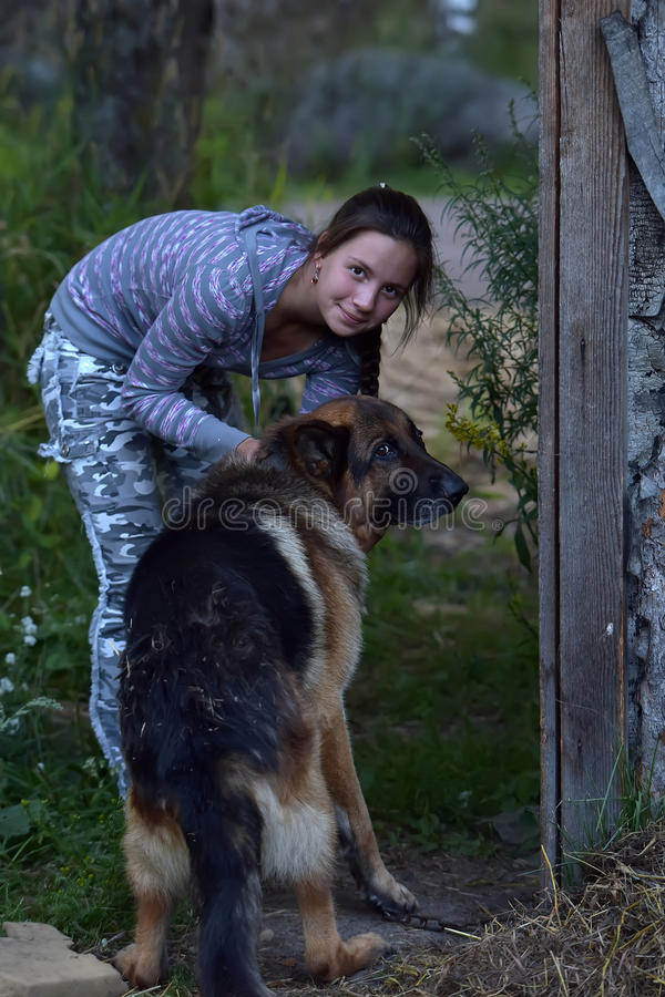 Fille avec le chien de berger photo libre de droits
