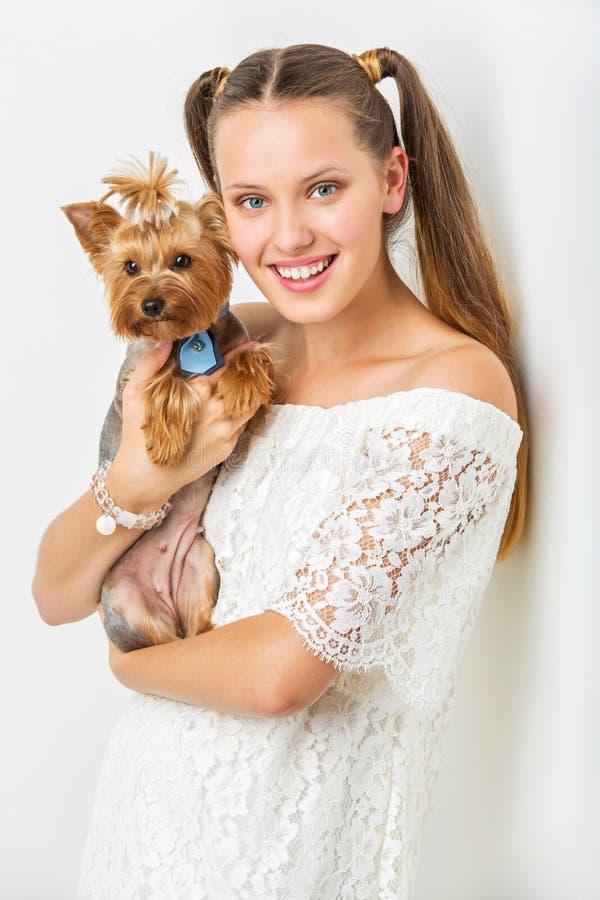Fille avec le chien de yorkie images stock