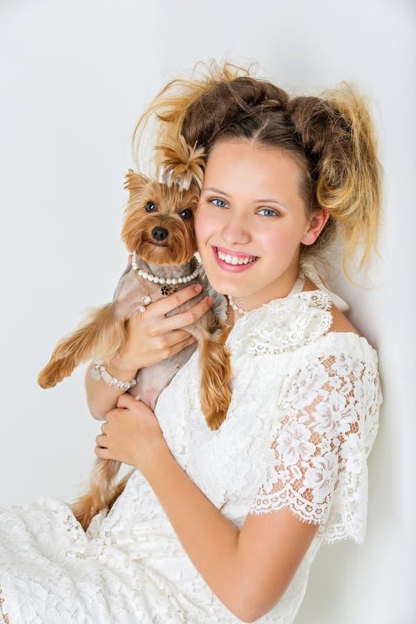 Fille avec le chien de yorkie photos stock