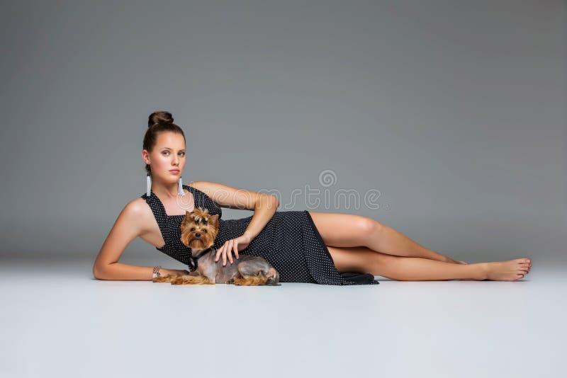 Fille avec le chien de yorkie photos libres de droits