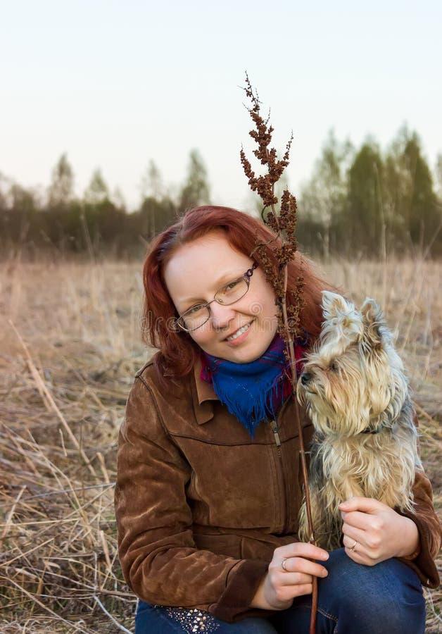 Fille avec le chien terrier de Yorkshire photo libre de droits