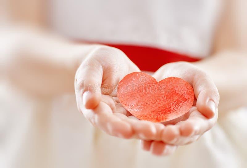 Fille avec le coeur rouge photographie stock libre de droits
