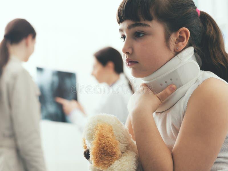 Fille avec le collier cervical dans le bureau du docteur images libres de droits