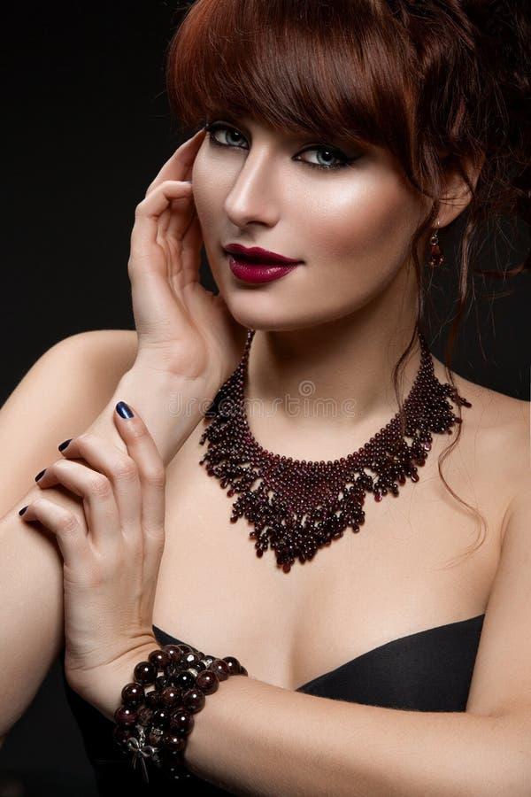 Fille avec le collier et les bracelets images stock