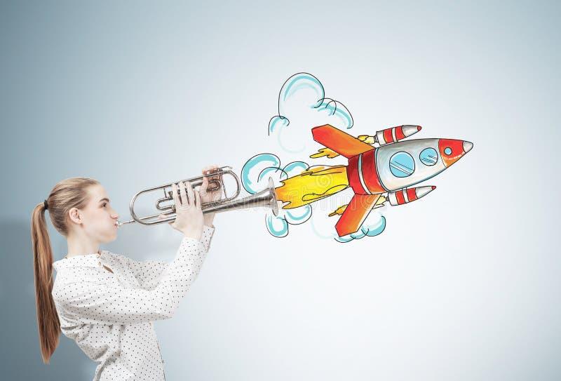 Fille avec le croquis de trompette et de fusée image libre de droits
