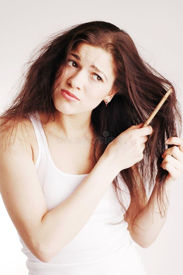 Fille avec le hairbrush, problèmes de cheveu photographie stock libre de droits