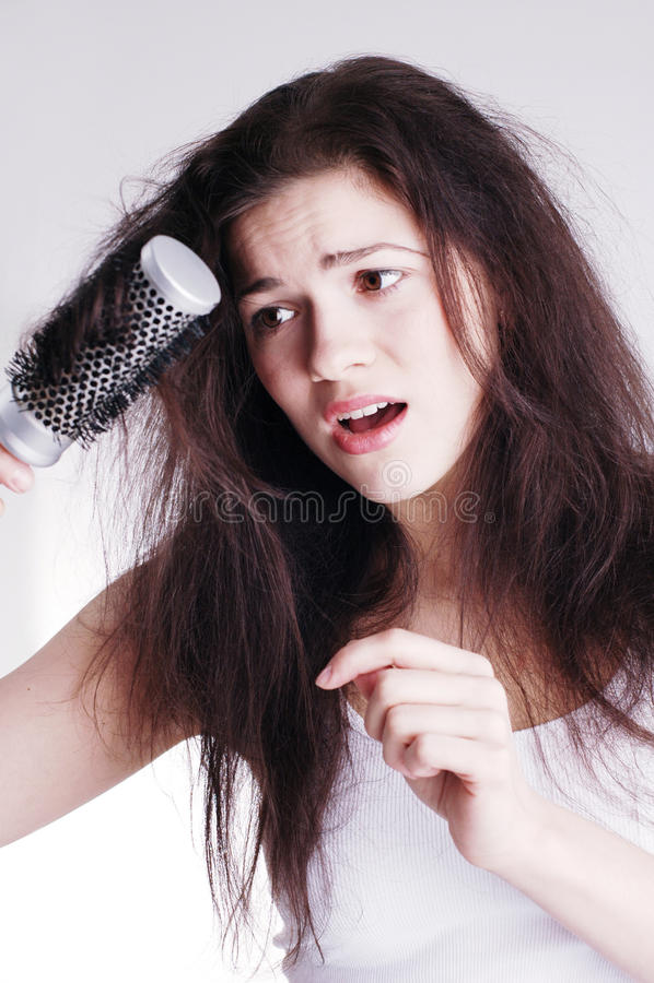 Fille avec le hairbrush, problèmes de cheveu images libres de droits