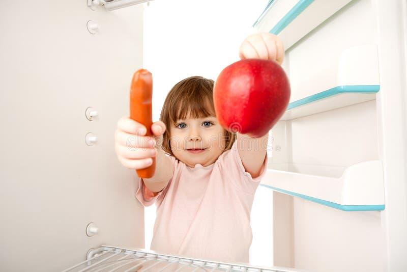 Fille avec le hot-dog et la pomme images stock