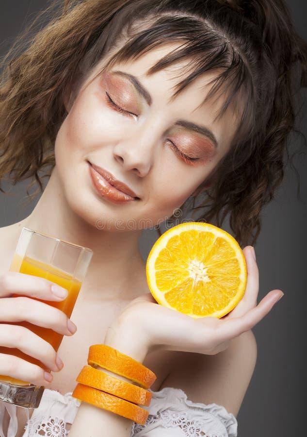 Fille avec le jus d'orange photo stock