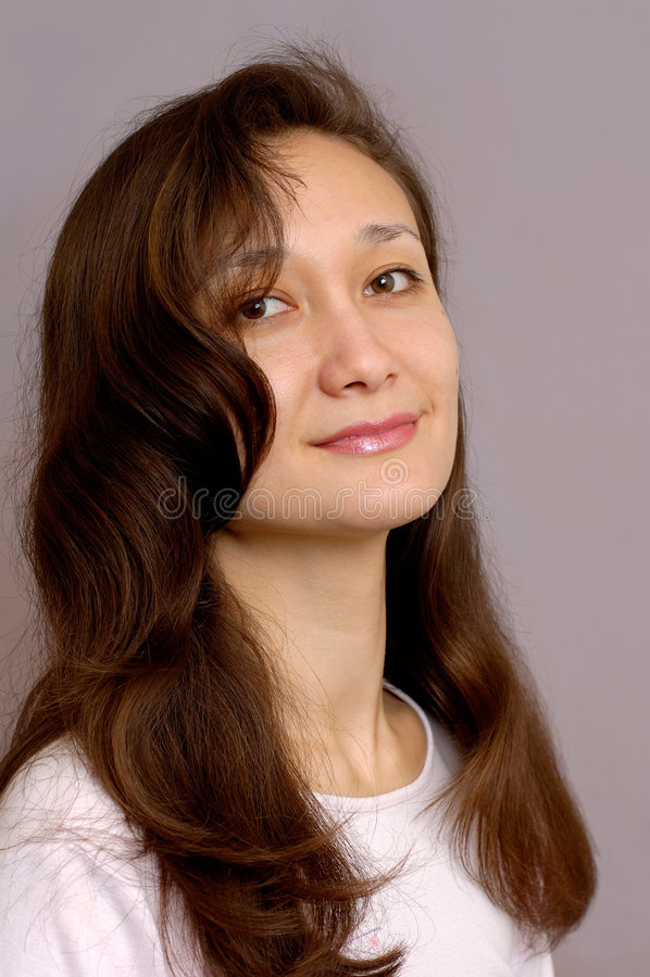 Fille avec le long cheveu brun images stock