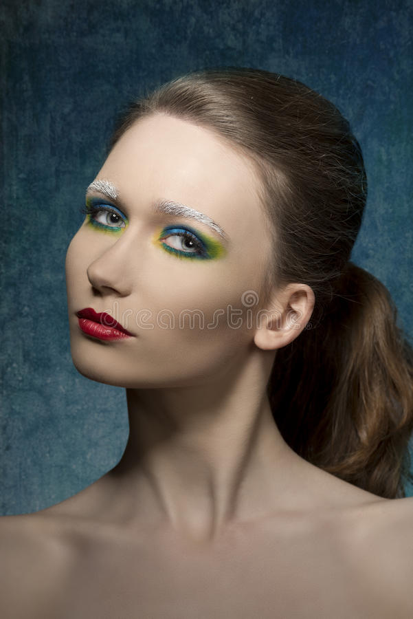 Fille avec le maquillage étrange mignon photographie stock libre de droits