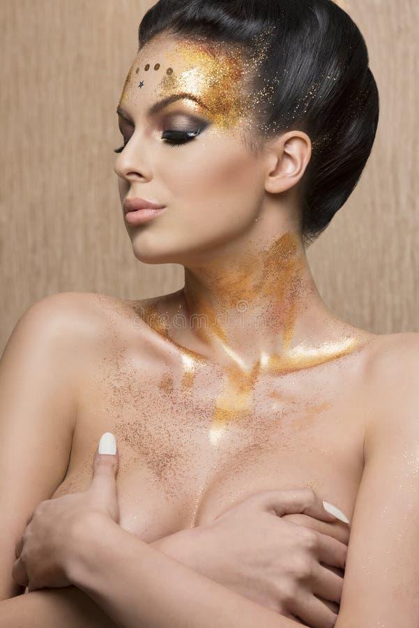 Fille avec le maquillage d'or mignon image stock