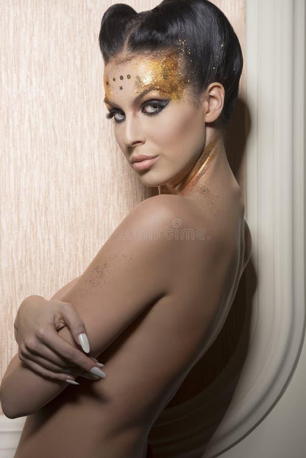 Fille avec le maquillage de luxe de scintillement photographie stock