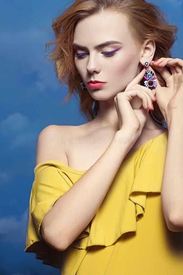 Download Fille Avec Le Maquillage Et Les Bijoux Image stock - Image du gracieux, closeup: 77150657