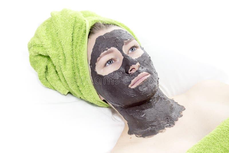 Fille avec le masque cosmétique photographie stock libre de droits