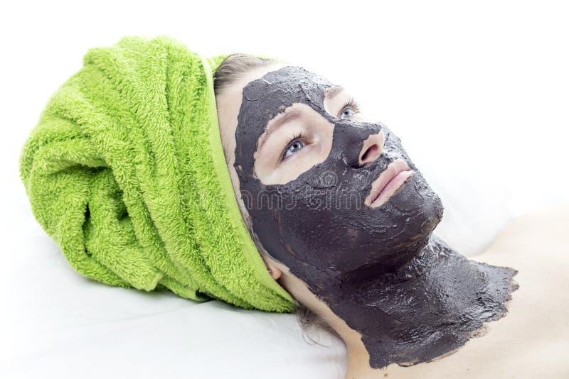 Fille avec le masque cosmétique image stock