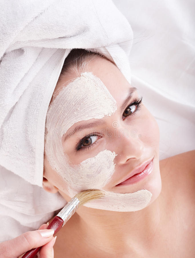 Fille avec le masque de massage facial d'argile. images stock