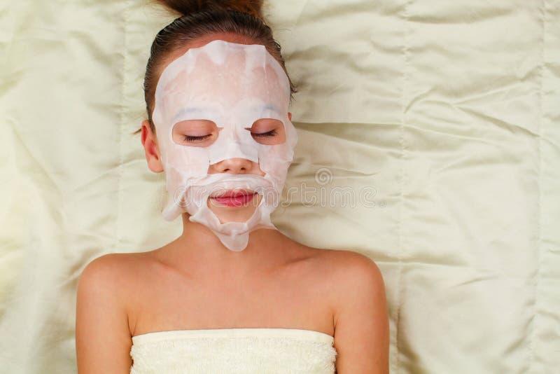 Fille avec le masque de tissu pour le visage image libre de droits