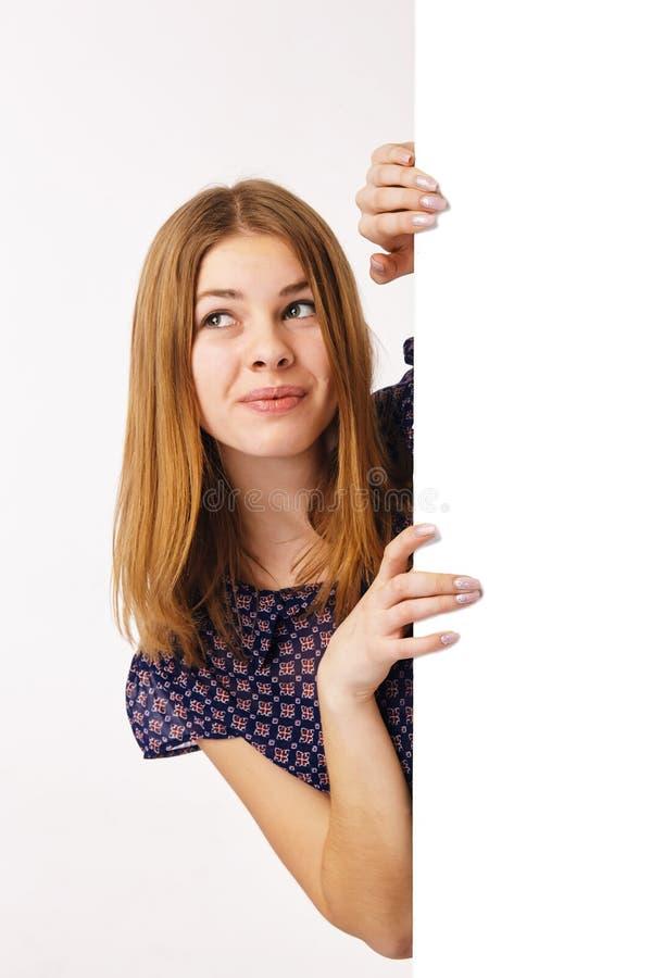 Fille avec le panneau d'affichage, regardant loin photographie stock libre de droits