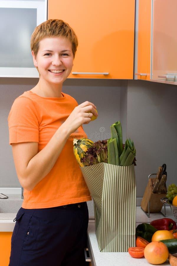 Fille avec le paquet des légumes image stock