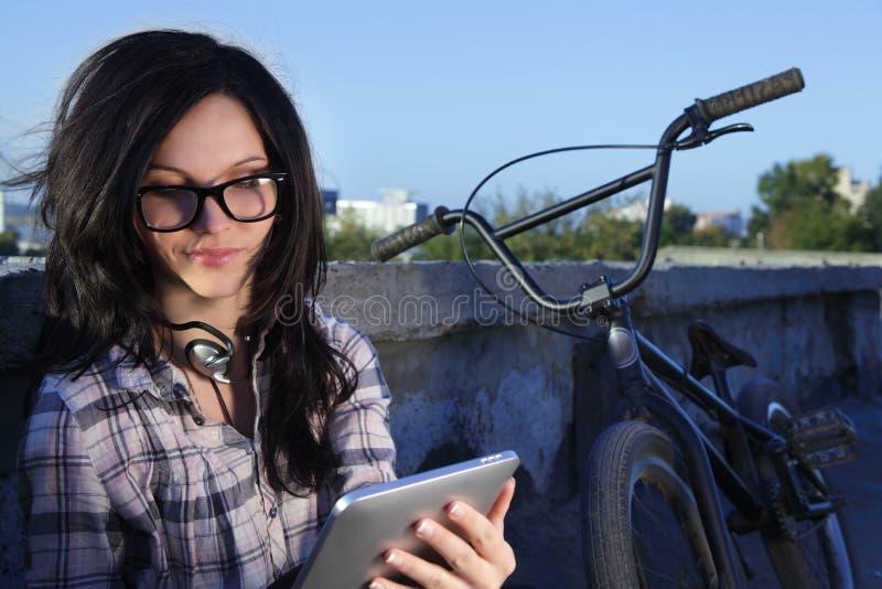 Fille avec le PC de tablette photos libres de droits