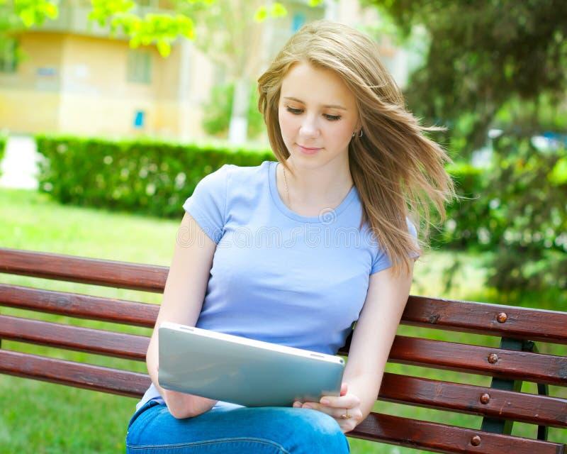 Fille avec le PC de tablette photos stock