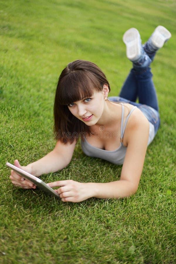 Fille avec le PC de tablette images libres de droits