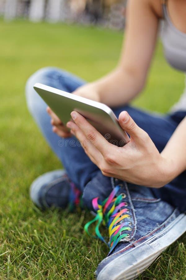 Fille avec le PC de tablette image libre de droits