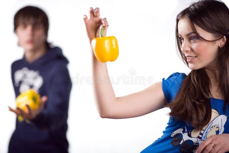 Fille avec le poivron doux et le garçon images stock