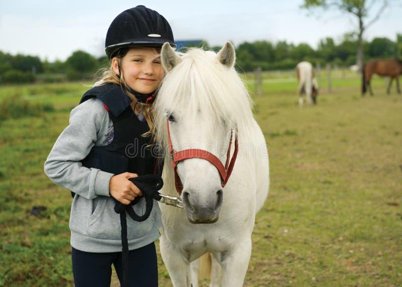Fille avec le poney photographie stock