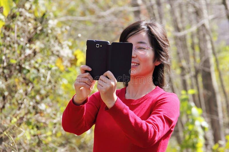 Fille avec le portable photo libre de droits