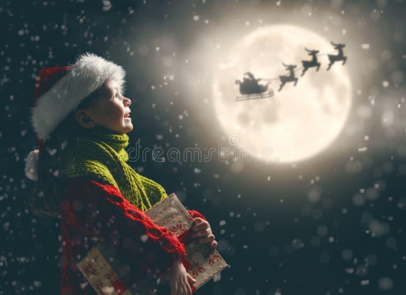Fille avec le présent à Noël image libre de droits