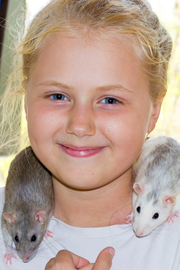 Fille avec le rat d'animal familier photos stock