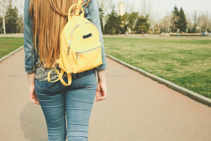 Fille avec le sac ? dos jaune lumineux ? la mode photos stock