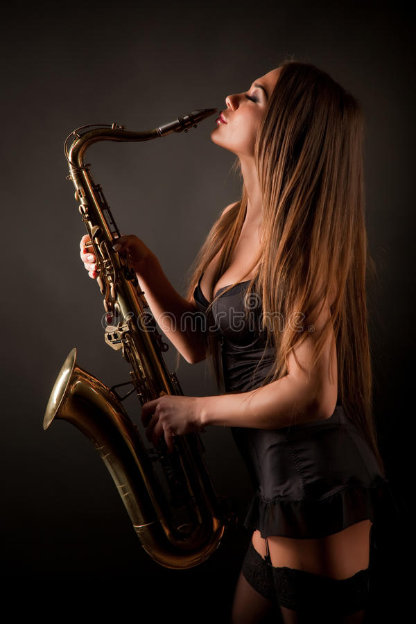 Fille avec le saxo image stock
