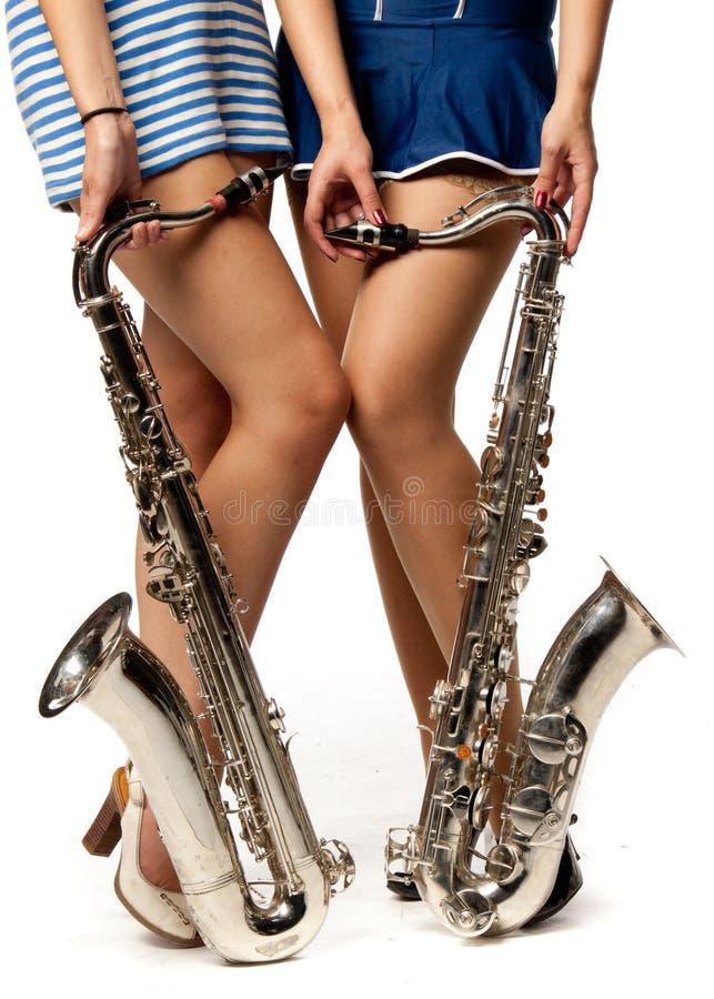 Fille avec le saxophone image stock