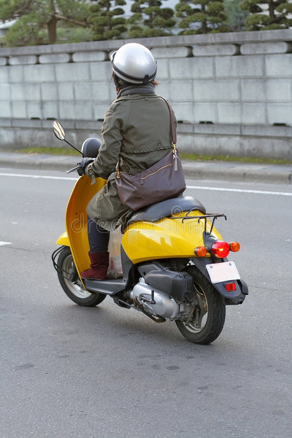 Fille avec le scooter images stock