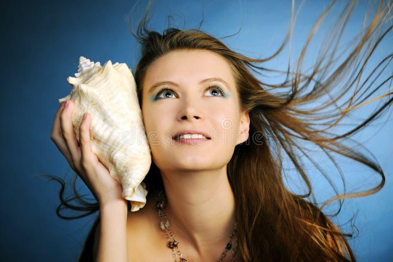Fille avec le seashell photographie stock libre de droits