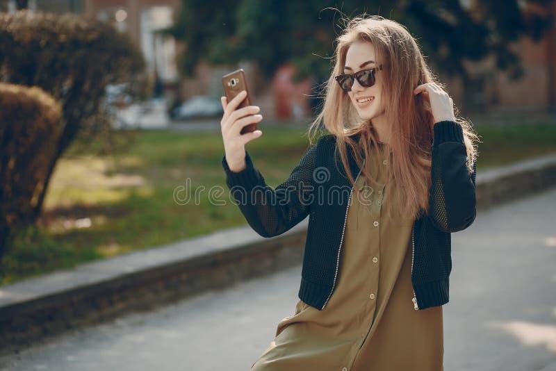 Fille avec le téléphone photos stock