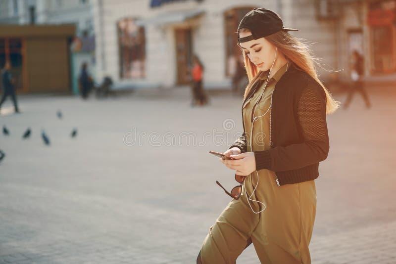 Fille avec le téléphone photo libre de droits