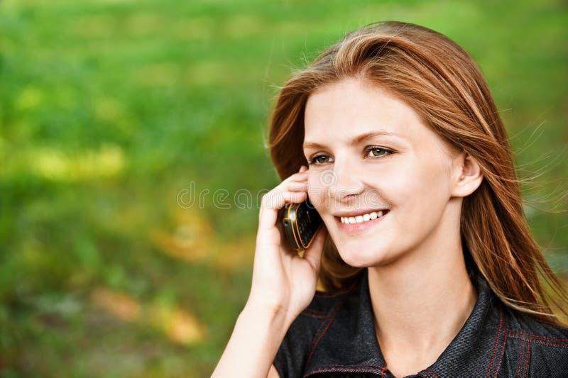 Fille avec le téléphone cellulaire image libre de droits