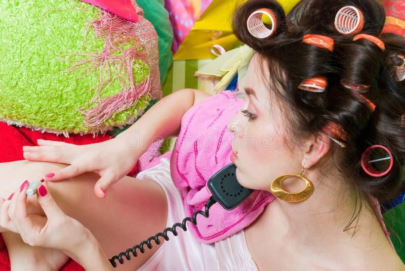 Fille avec le téléphone rose photo libre de droits