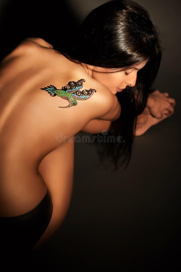 Fille avec le tatouage provisoire coloré peint avec des peintures pour l'art de corps photographie stock