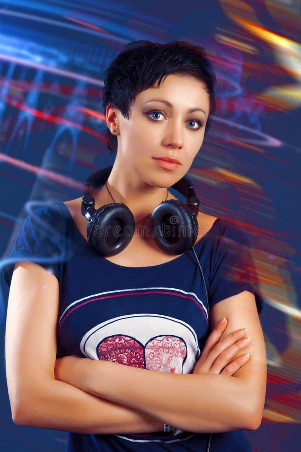 Fille avec les cheveux courts avec des écouteurs photo libre de droits