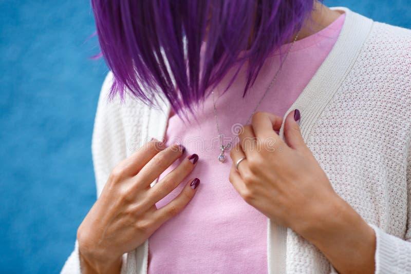 Fille avec les cheveux pourpres sur le fond bleu images stock