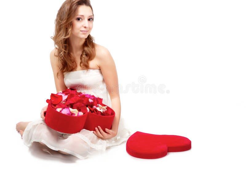 Fille avec les pétales roses image stock
